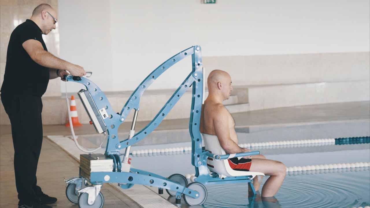 Location d'un élévateur mobile pour piscine Écopool, pour handicapé