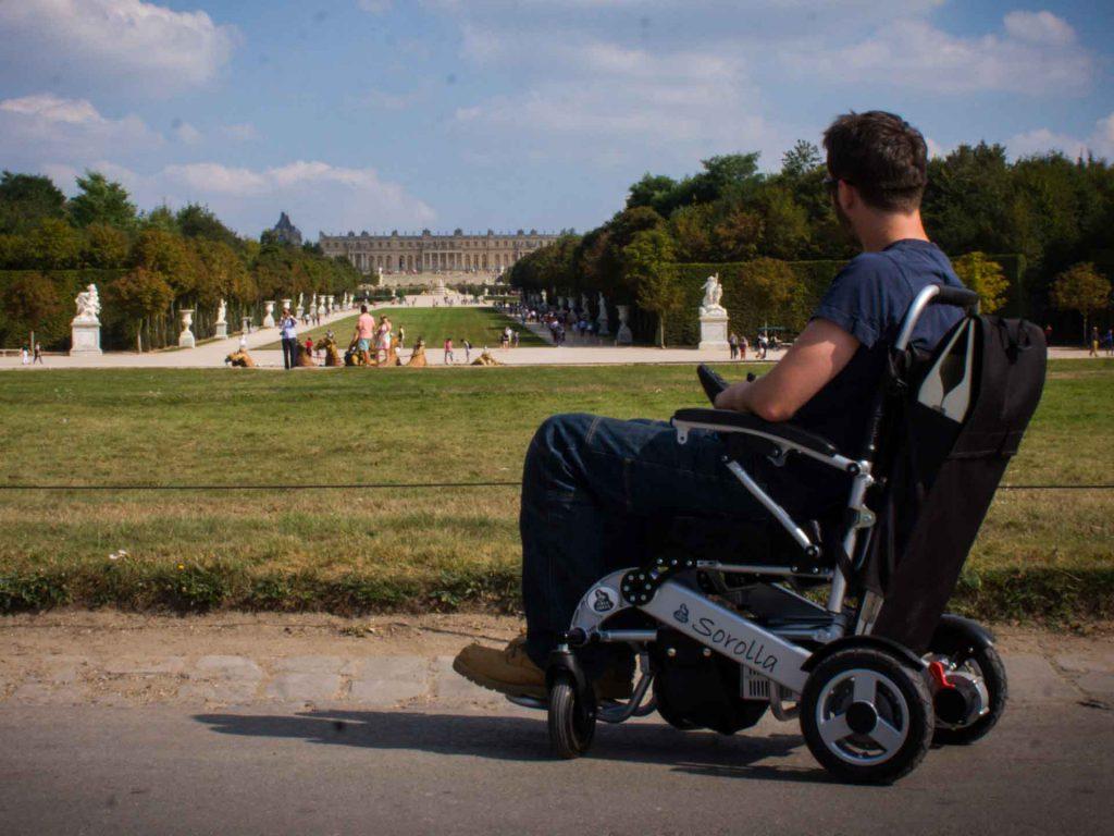 location fauteuil roulant lectrique repliable id al en d placement ou vacances. Black Bedroom Furniture Sets. Home Design Ideas