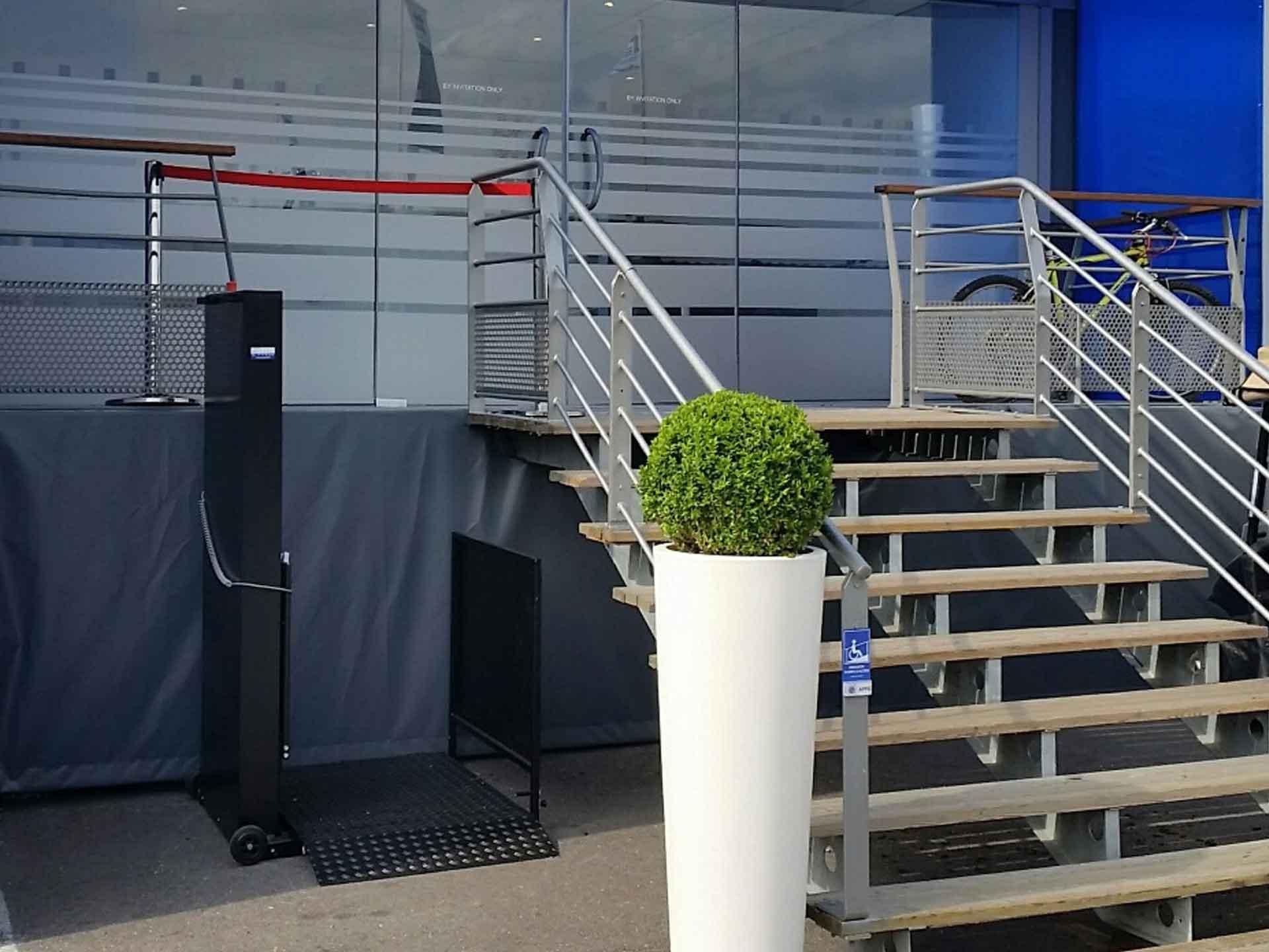 Louer une plateforme élévatrice électrique Orion, permet l'accès aux pmr et handicapés à vos évènements, salons, séminaires...