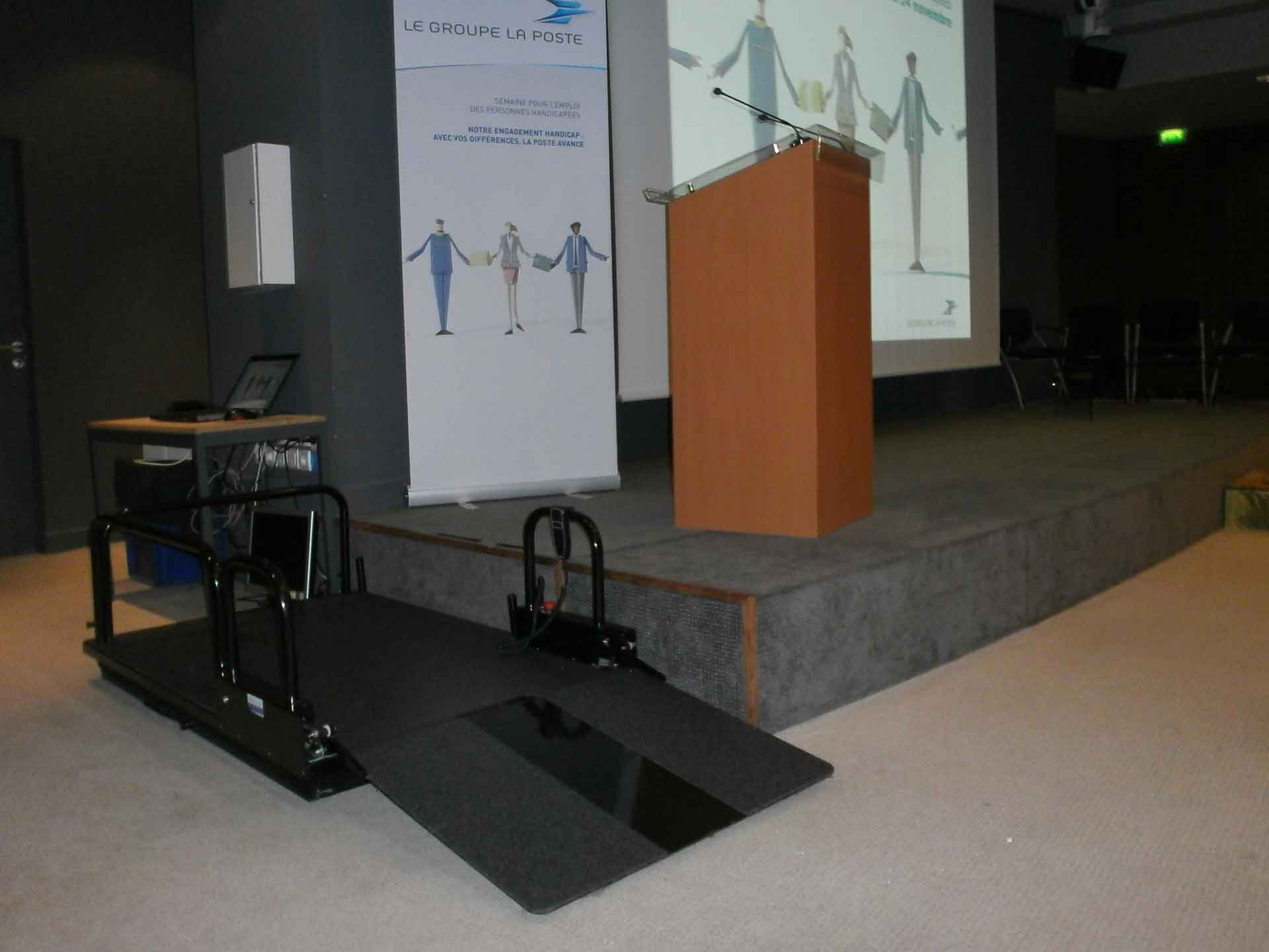 Louer une plateforme élévatrice électrique pour pmr et handicapés, idéal pour évènement, salons, séminaires, manifestations.